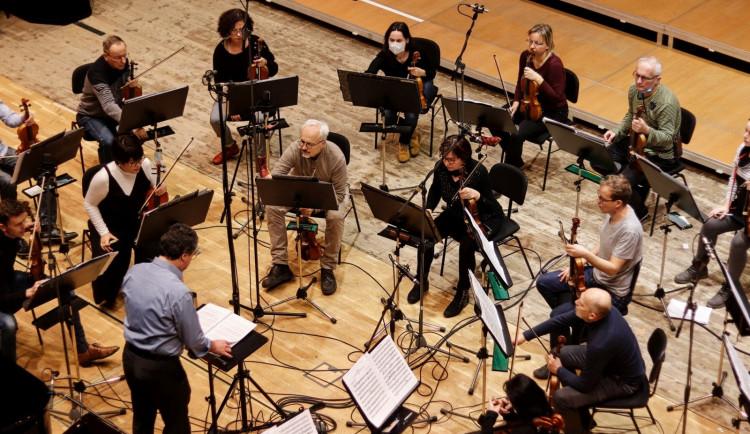 Hradecká filharmonie obvolává své abonenty, navzájem si vyjadřují podporu