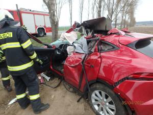 Řidička na Trutnovsku narazila do stromu, na místě zasahoval vrtulník