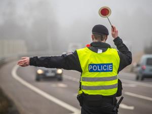 Během víkendu přes hranice okresů řidiči nejezdili, problém byla ale rychlost. Policie rozdala skoro 400 pokut