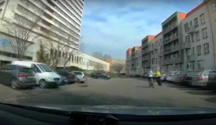 """Hledaného muže, který se snažil policistům ujet na kole, """"sundal"""" z kola strážník městské policie"""