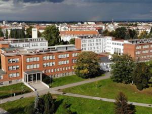 Do hradecké ZŠ Josefa Gočára dorazilo téměř 200 žáků. Platí přísná pravidla