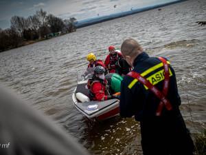 Hasiči na Rozkoši zachraňovali dva kitesurfaře. Akci se hasičům podařilo nafotit