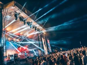 Vyprodaný Rock for People se přesouvá na rok 2022. Organizátoři by ale i letos rádi uspořádali náhradní festival