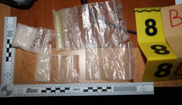 Policie zadržela dealera drog. Kromě pervitinu měl u sebe i střelnou zbraň
