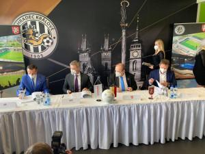 Hradec Králové podepsal smlouvu na nový fotbalový stadion. Hotovo má být do dvou let