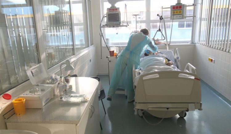Studenti, kteří pomáhali v nemocnicích, dostali od kraje celkem víc než milion korun