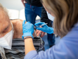 Nemocnice v Hradci Králové rozšiřuje očkovací místa. Kompletně naočkováno je v kraji 50 tisíc lidí