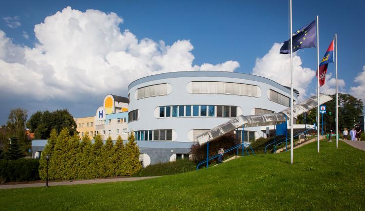 Náchodská nemocnice pomáhá seniorům s registrací k očkování