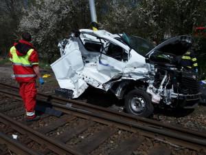 Na Rychnovsku se srazil vlak s dodávkou. Nehoda má jednu oběť