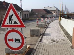 Oprava objízdné trasy v Hořicích se přesunula do další etapy. Kompletně hotovo bude za 14 dní
