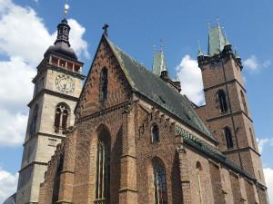 Hradecká Bílá věž už stojí přes 400 let. Má kuriózní hodiny a druhý největší zvon v Čechách