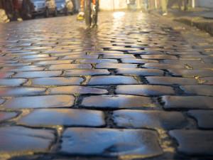 Hradec Králové bude mít milionové chodníky. Jejich oprava radnici vyjde na 12 milionů korun