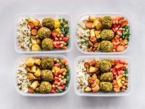 Sníst a vyhodit. Jaké chyby lidé nejčastěji dělají při třídění obalů z rozvozu jídla?