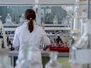 Národní referenční laboratoř potvrdila indickou mutaci zjištěnou v Hradci Králové