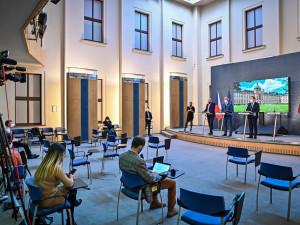 PŘEHLED: Platné novinky v Královéhradeckém kraji. Otevírají se školy, kadeřnictví i muzea