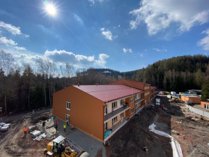 Stavba nového domova seniorů v Tmavém Dole finišuje. Klienti se budou stěhovat ještě letos