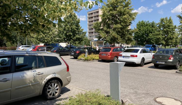 Parkování u nemocnice v Hradci Králové nestačí. Místo hledáme i půl hodiny, stěžují si pacienti