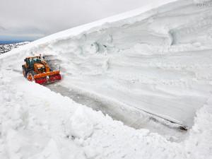 Fréza dnes prorážela bariéry sněhu na cestě na Luční boudu v Krkonoších