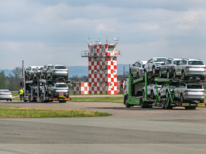 Škodovka odkládá své nedokončené vozy na letišti v Hradci Králové. Automobilce chybí čipy