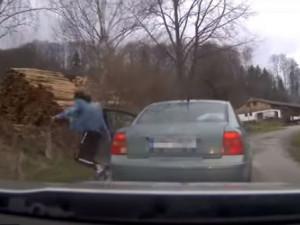 Šílenou jízdu auta na Náchodsku ukončil až zastavovací pás. V autě byli zdrogovaní muži a dívka v celostátním pátrání