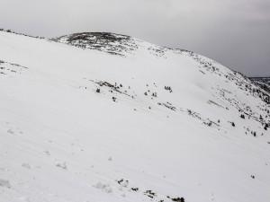 Mezi Výrovkou a Památníkem obětem hor hrozí pády sněhu