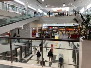 Nákupní horečka se zatím nekonala. Jak dnes vypadají nákupní centra v Hradci Králové?