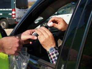 Seniorka za volantem nadýchala dvě promile. Místo řidičáku z peněženky tahala slevové kupony