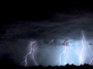 Odpoledne do hradeckého kraje dorazí bouřky. Meteorologové vydávají varování
