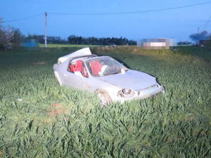 U Jaroměře zasahoval vrtulník při vážné nehodě. Řidič ani spolujezdec nebyli připoutaní