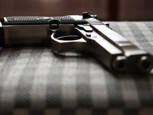 Muž na návštěvu přinesl střelnou zbraň. Kamarád si s ní prostřelil nohu