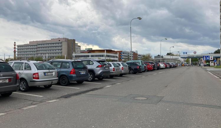 Parkování u Fakultní nemocnice Hradec Králové je peklo. Co na to zastupitelské kluby?