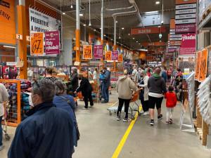 Hradecká obchodní centra praskala ve švech. Na nákup vyrazily tisíce lidí