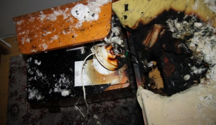 Požár v rodinném domě v Rychnově způsobila lampička spadlá do postele