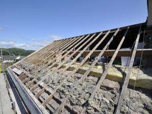 Za novou střechu si řekli půl milionu, doteď je přes dům jen plachta. Hradeckým podvodníkům hrozí vězení