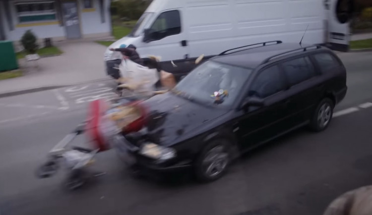 Rychle jedoucí řidič srazil kočárek. Šlo o preventivní video natočené na Jičínsku
