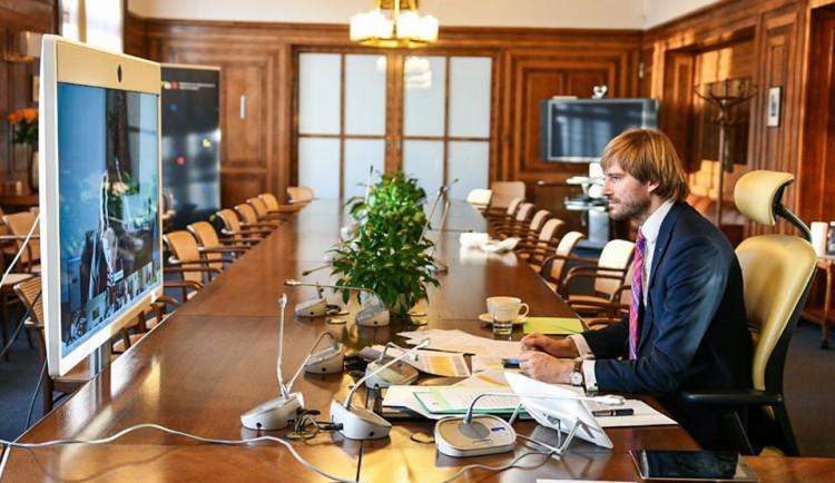 Ministr zdravotnictví Petr Arenberger rezignuje. Ministrem bude znovu Adam Vojtěch