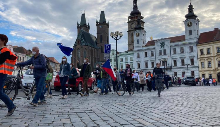 Hradcem Králové se šel protestní pochod. Justici nedáme, skandovali lidé