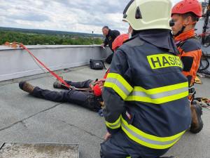 Žena chtěla ukončit život skokem z okna. Po dvou hodinách přemlouvání se ji podařilo zachránit
