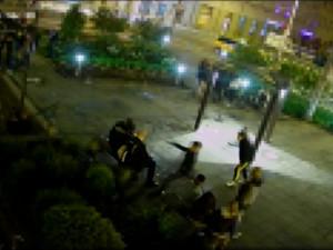 Policie dopadla útočníky, kteří do hlavy kopli sedícího muže v centru Hradce Králové do hlavy. Je jim 14 a 17 let