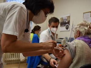 Na očkování v kraji se dlouho nečeká. Ode dneška se mohou registrovat lidé nad 16 let