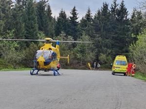 V Orlických horách zasahoval vrtulník kvůli těžce zraněné cyklistce bez přilby