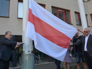 Hradec vyvěsil běloruskou vlajku, chce upozornit na důležitost dodržování lidských práv