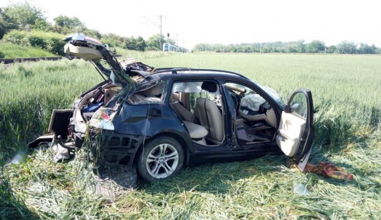 V Hradci Králové se srazil vlak s autem, řidič skončil v nemocnici
