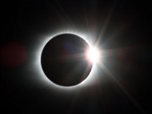 Čtvrteční obloha nabídne částečné zatmění Slunce. Při pozorování si chraňte zrak filtrem, radí astronom