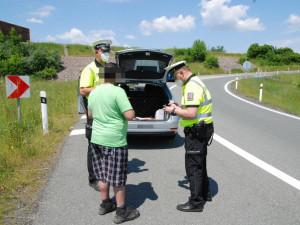 Policisté v kraji se zaměřili na řidiče, kteří se nevěnují řízení. Psát sms za volantem je nebezpečnější než alkohol