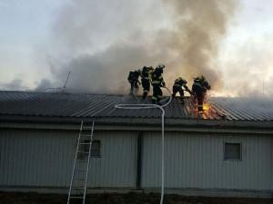 U Holic hořela drůbežárna plná kuřat, pomáhali i hasiči z Rychnova