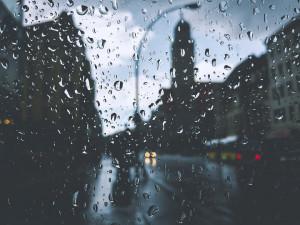 O víkendu nás čeká ochlazení a dešťové přeháňky, tvrdí meteorologové