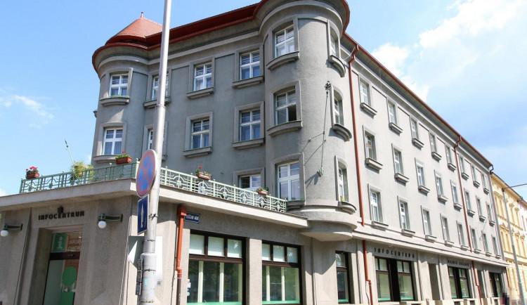 Policie hledá sprejera, který řádil v centru Hradce Králové. Poznáte ho?