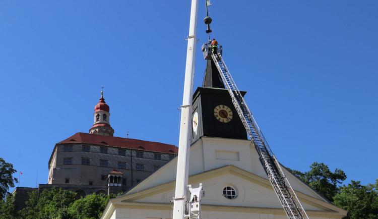 Do nové korouhvičky na střeše staré radnice v Náchodě bylo umístěno časové pouzdro. Obsahuje aktuální dokumenty