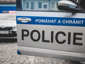 Policie vyšetřuje střelbu v Náchodě. Útočník střelil plynovou pistolí ženu do obličeje